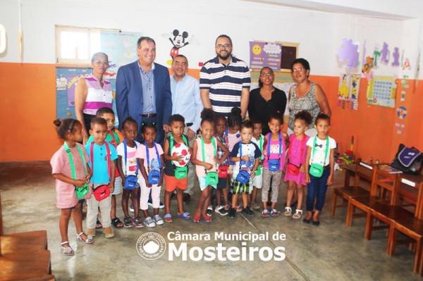 Cooperação: Presidente da Câmara Municipal do Entroncamento doa materiais didáticos a jardins infantis