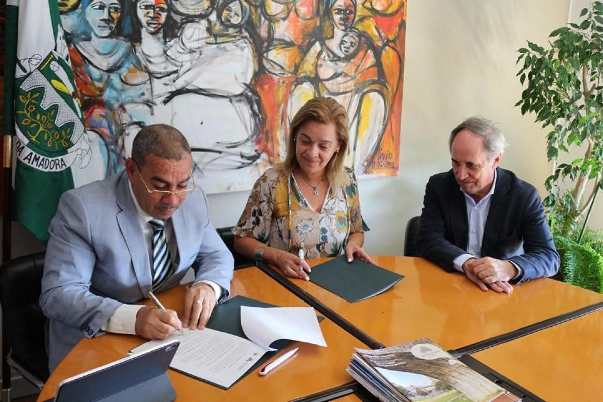 Institucional: Câmaras de Mosteiros e da Amadora assinam Protocolo de Cooperação e Amizade